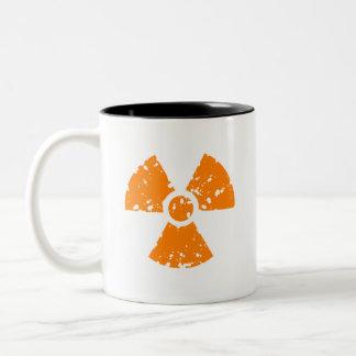 Símbolo radiactivo anaranjado taza de dos tonos