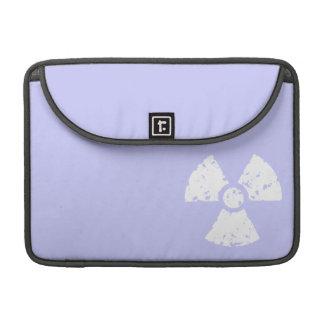 Símbolo radiactivo azul de la lavanda funda para macbooks