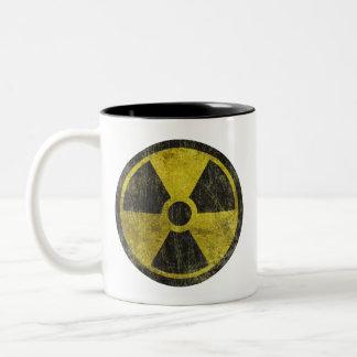 Símbolo radiactivo del Grunge Taza De Dos Tonos
