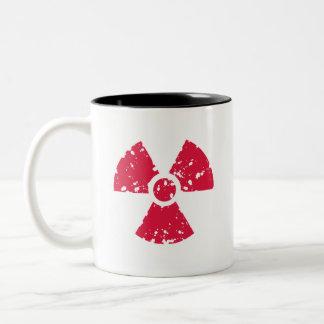 Símbolo radiactivo del rojo carmesí taza de dos tonos