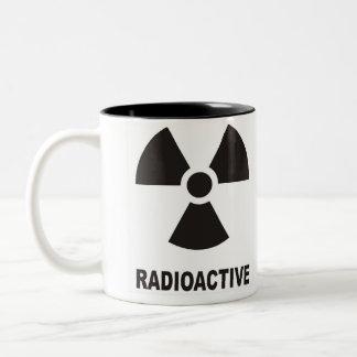 símbolo radiactivo taza de dos tonos