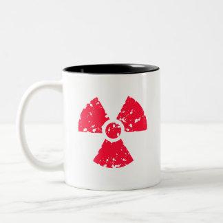 Símbolo radiactivo tóxico rojo del escarlata taza de dos tonos