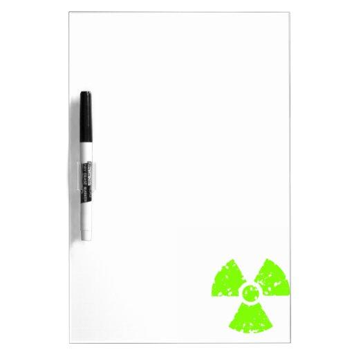 Símbolo radiactivo verde chartreuse, de neón pizarra blanca