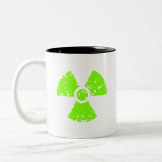 Símbolo radiactivo verde chartreuse, de neón taza de dos tonos