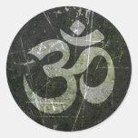 Símbolo rasguñado y llevado de OM de la yoga Etiquetas Redondas