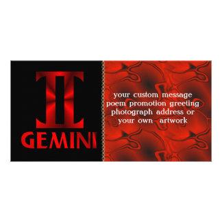 Símbolo rojo del horóscopo de los géminis tarjetas fotograficas