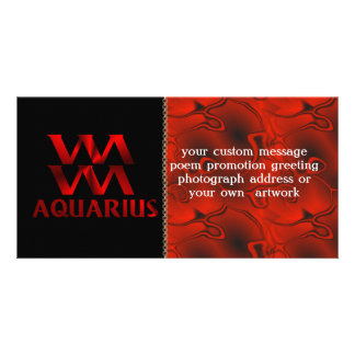 Símbolo rojo del horóscopo del acuario tarjeta fotografica