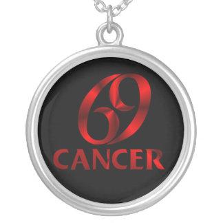 Símbolo rojo del horóscopo del cáncer colgante redondo