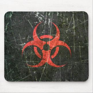 Símbolo rojo rasguñado y llevado del Biohazard Tapetes De Ratones