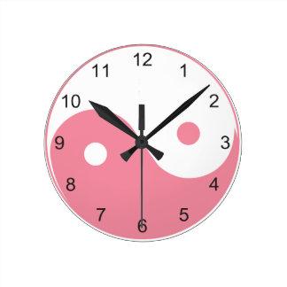 Símbolo rosado y blanco lindo de Yin y de Yang Relojes De Pared