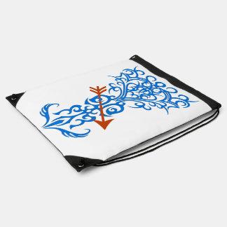 Símbolo tribal del árbol con el azul de la flecha mochila
