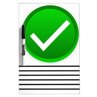 Símbolo verde de la marca de verificación pizarra blanca