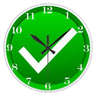 Símbolo verde de la marca de verificación reloj de pared