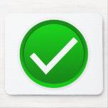 Símbolo verde de la marca de verificación alfombrilla de ratón