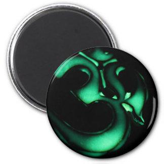 Símbolo verde de OM que brilla intensamente Imán Redondo 5 Cm