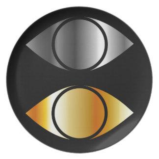 símbolos de los ojos en oro y plata plato de cena