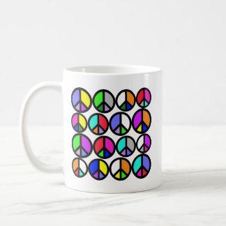 Símbolos de paz multicolores taza básica blanca