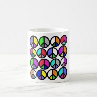 Símbolos de paz multicolores taza clásica