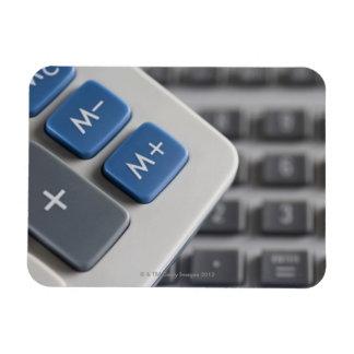 Símbolos matemáticos en una calculadora y una a imán