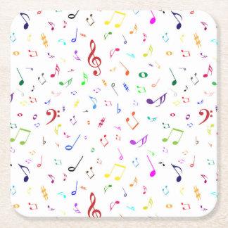 Símbolos musicales en colores del arco iris posavasos de cartón cuadrado