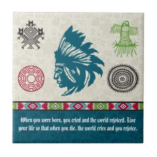 Símbolos y sabiduría - jefe del nativo americano azulejo cuadrado pequeño
