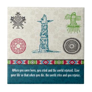 Símbolos y sabiduría - tótem del nativo americano azulejo cuadrado pequeño