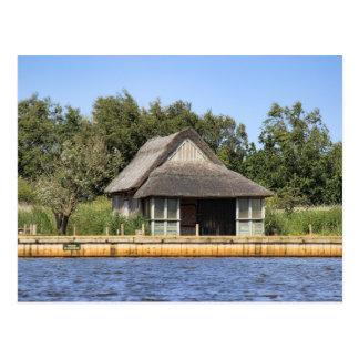 Simple cabaña cubierta con paja de caballo tarjeta postal