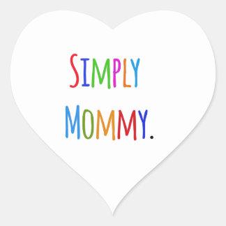 Simplemente mamá pegatina en forma de corazón