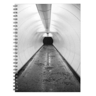 Singapur. Un túnel peatonal iluminado adentro Libro De Apuntes Con Espiral