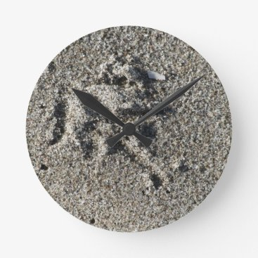 Single footprint of seagull bird on beach sand round clock