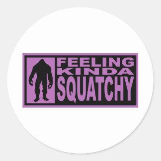 Sintiendo un poco Squatchy - encontrando Bigfoot Pegatina Redonda