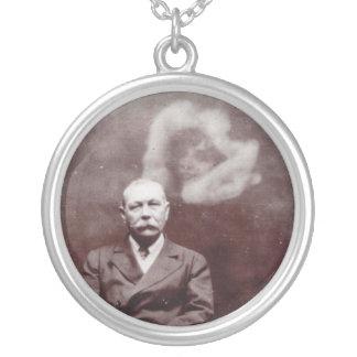 Sir Arthur Conan Doyle con el fantasma de Ada Colgante Redondo