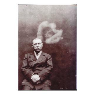Sir Arthur Conan Doyle con el fantasma de Ada Dean Cojinete