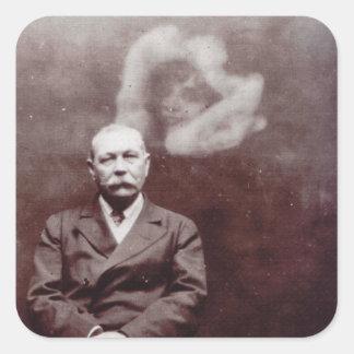 Sir Arthur Conan Doyle con el fantasma de Ada Dean Calcomania Cuadradas Personalizadas