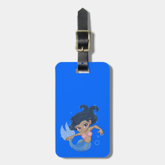 Sirena azul linda (pelo oscuro, piel oscura) etiqueta de equipaje