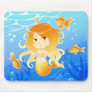 Sirena bonita con el goldfish debajo del agua alfombrilla de ratones