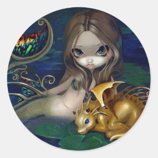 """""""Sirena con un dragón de oro"""" Stciker Pegatina Redonda"""