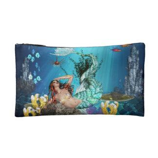 Sirena de la fantasía con el pequeño bolso cosméti