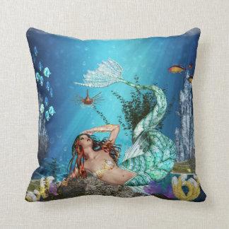Sirena de la fantasía con la almohada de tiro del