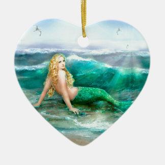 Sirena de la fantasía en la orilla del mar del adorno navideño de cerámica en forma de corazón