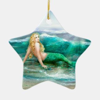 Sirena de la fantasía en la orilla del mar del adorno navideño de cerámica en forma de estrella