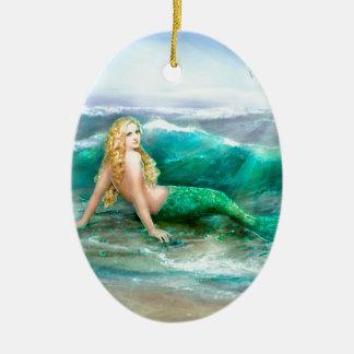 Sirena de la fantasía en la orilla del mar del adorno navideño ovalado de cerámica