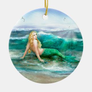 Sirena de la fantasía en la orilla del mar del adorno navideño redondo de cerámica