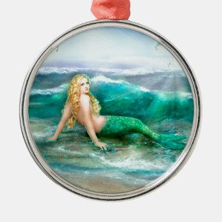 Sirena de la fantasía en la orilla del mar del adorno navideño redondo de metal
