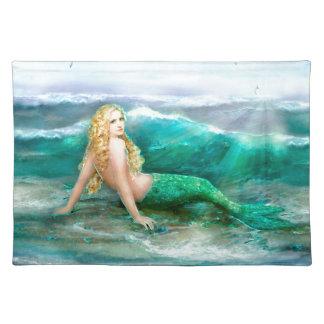 Sirena de la fantasía en la orilla del mar del mantel