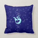 sirena del trullo en la almohada azul