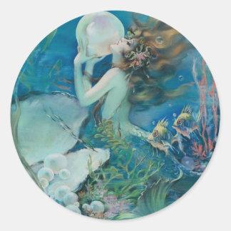 Sirena del vintage que sostiene la perla pegatinas redondas
