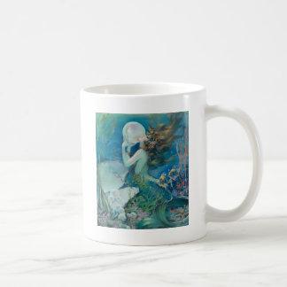 Sirena del vintage que sostiene la perla tazas