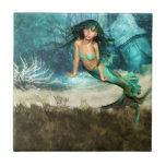 Sirena en la baldosa del océano azulejos
