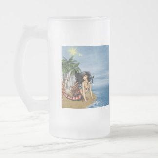 Sirena en la taza de cerveza helada playa
